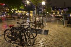 Le biciclette hanno parcheggiato alla notte nella parte storica di Rotterdam Immagine Stock