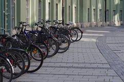 Le biciclette hanno parcheggiato sulla via Fotografia Stock