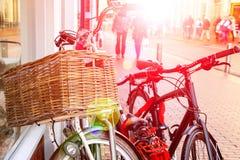 Le biciclette stanno la parete vicina sulla via in città olandese Fotografie Stock