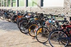 Le biciclette variopinte hanno parcheggiato su una via del ciottolo, Rotterdam, fondo fotografie stock libere da diritti
