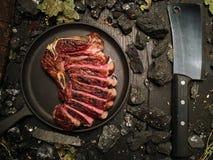Le bifteck coupé du rôti minimum se trouve sur la poêle images stock