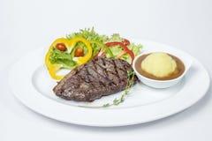 Le bifteck d'aloyau a servi avec de la salade fraîche et a écrasé la pomme de terre photographie stock