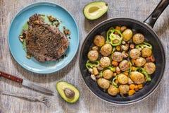 Le bifteck juteux, table a servi, les légumes grillés, basilic vert, dini images libres de droits