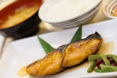 Le bifteck saumoné, saumon de gril avec Teriyaki sauce l'ensemble de Japonais Image stock