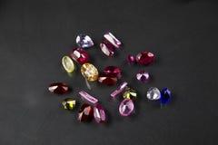 Le bijou ou les gemmes sur la couleur noire d'éclat, studio a tiré de la belle gemme Image libre de droits