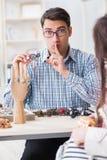 Le bijoutier de visite de femme pour l'évaluation de bijoux Photographie stock