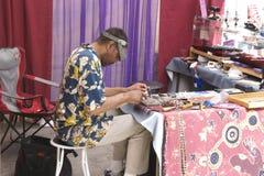 Le bijoutier travaille à son métier Photo stock