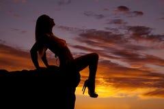 Le bikini de silhouette de femme se reposent recherchent des jambes vers le bas Photos libres de droits