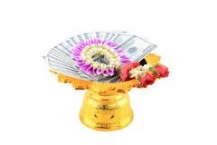 Le billet de banque des dollars et la guirlande de fleurs Image stock