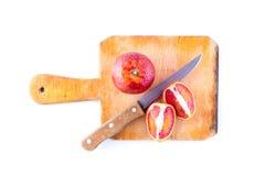 Le bio- arance sanguinose hanno tagliato a metà su un piatto Fotografia Stock