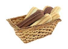 Le biscuit barre la lumière de cacao dans le panier Photographie stock libre de droits