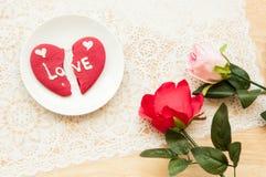 Le biscuit de coeur de Brocken de l'amour et du plastique s'est levé Photo libre de droits