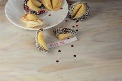 Le biscuit de fortune ouvert m'embrassent jour et thé de valentines Photographie stock