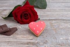 Le biscuit en forme de coeur, chocolat et s'est levé Images libres de droits