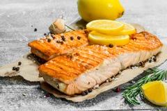 Le bistecche hanno grigliato di color salmone con il limone immagini stock libere da diritti