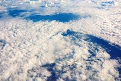 Le blanc étonnant de cumulus opacifie le fond avec l'espace de copie pour votre message textuel ou contenu promotionnel Image stock