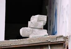Le blanc a aéré la pile empilée par morceaux concrets d'un bâtiment abandonné Photos libres de droits