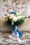 Le blanc bleu-clair de ceintures de bouquet photographie stock