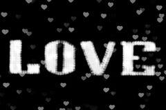 Le blanc blanc brouillé de lampe au néon du signe LED Bokeh d'AMOUR des textes sur le bokeh de fond allume le coeur doucement col Photo libre de droits