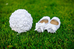Le blanc chausse le bouquet de mariage de jeune mariée sur l'herbe Photo stock