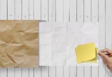 Le blanc a chiffonné le papier de note collant sur le papier de texture Image stock