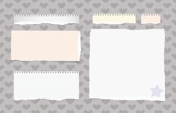 Le blanc déchiré, note ordonnée colorée, carnet, les feuilles communes a collé sur le modèle créé des formes et de l'étoile de co Photo libre de droits