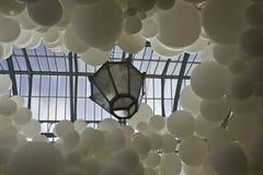 Le blanc de battement de coeur monte en ballon l'installation par Charles Petillon Images libres de droits