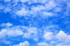 Le blanc de ciel bleu opacifie le fond 171016 0088 Photos stock