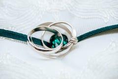 Le blanc-or de mariage sonne avec le ruban de diamant et d'émeraude Image stock