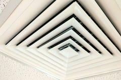 Le blanc de plafond de conduit d'air, le conduit d'air dans la forme carrée, le climatiseur de conduit de condition ou l'évent mo photo stock