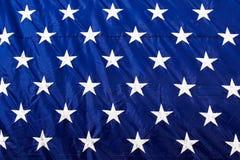 Le blanc de plan rapproché de drapeau américain tient le premier rôle le fond bleu Photo libre de droits