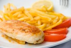 Le blanc de poulet cuit au four avec fren image libre de droits