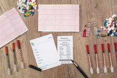 le blanc de rx avec des pilules, la seringue et la pharmacie acquittent Photo stock