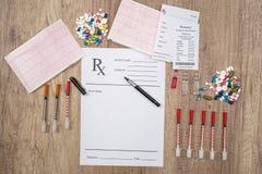 le blanc de rx avec des pilules, la seringue et la pharmacie acquittent Photographie stock libre de droits