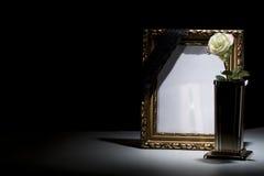 Le blanc a doré le cadre de deuil avec le vase, la rose de blanc, et le b en bronze Image libre de droits