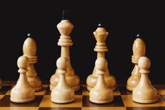 Le blanc en bois d'échecs rapièce le plan rapproché Images stock