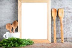 Le blanc en bois vide a isolé des accessoires de cadre et de cuisine sur W Photographie stock
