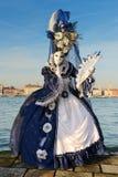 Femme masquée par bleu blanc Photos libres de droits
