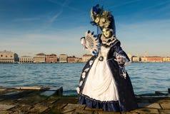 Femme masquée par bleu blanc Images stock