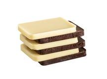 Le blanc et le Brown, barre de chocolat foncée dans une rangée pose Photographie stock