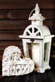 Le blanc fait du jardinage lanterne et coeur Photos libres de droits