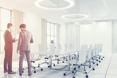 Le blanc intérieur blanc de salle de conférence préside des personnes Photo libre de droits