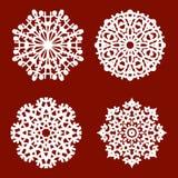 le blanc 4 a isolé différents flocons de neige sur un fond rouge Image libre de droits