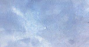 Le blanc a lavé le fond abstrait texturisé peint avec des courses de brosse aux nuances grises et noires Milieux abstraits d'art  Photos stock