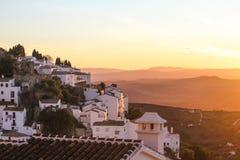 Le blanc loge le vieux coucher du soleil de montagne de ville Image libre de droits