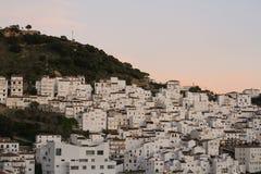 Le blanc loge le vieux coucher du soleil de montagne de ville Photo libre de droits