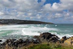 Le blanc ondule se briser dedans à St Ives Cornwall England de Porthmeor images stock
