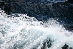 Le blanc ondule sur l'océan bleu profond Photo stock