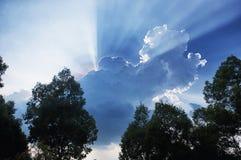 Le blanc opacifie des faisceaux Vietnam de lumière du soleil Image stock