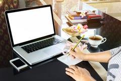 Le blanc ou vides ecreen l'ordinateur portable ou l'ordinateur de carnet sur le contre- esprit Images libres de droits